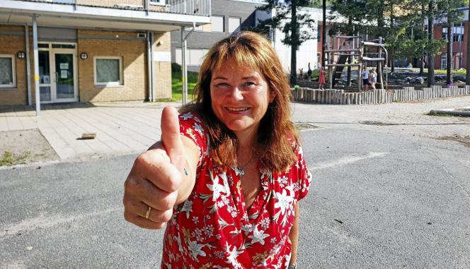 TOMMEL OPP: Tårnåsen-rektor Nina Kristin Sæhtre har grunn til å ta tommelen opp igjen. Dette bildet er fra i fjor da skolen fikk oppgradert uteområdet.
