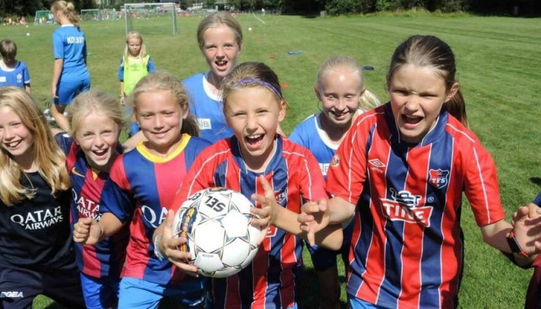 KLARE FOR FOTBALL: Jenter som til høsten kan begynne å spille organisert fotball, får et tilbud allerede i vår. Dette illustrasjonsbildet er fra en tidligere fotballskole.