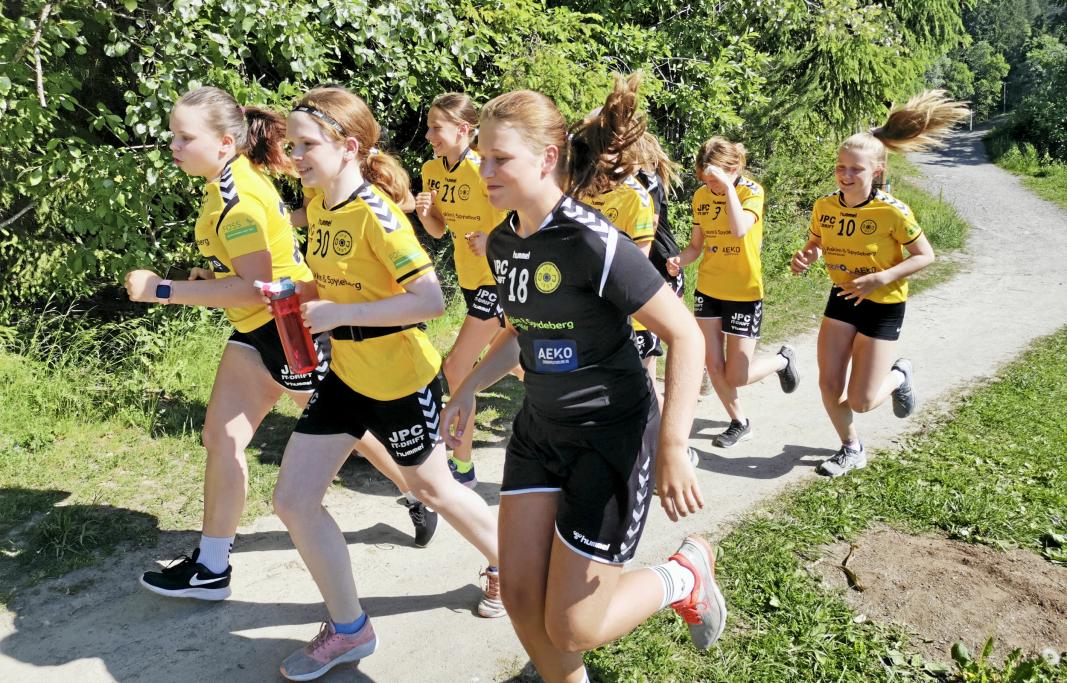 UT PÅ TUR: I fjor var håndballjentene fra 07-laget til Oppegård blant de mange som sprang Oppegårdmila. Mandag 10. mai starter årets digitale utgave av løpet.