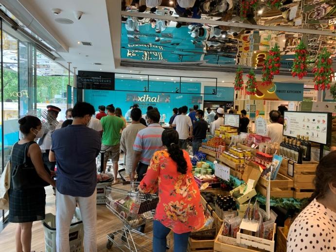 NÆRBUTIKKEN: Det er ikke alltid lett å holde god avstand når man er inne i de indiske matvarebutikkene i Mumbai, som er den mest befolkningsrike byen i India med en anslått befolkning på over 23 millioner. Foto: Terhi Width