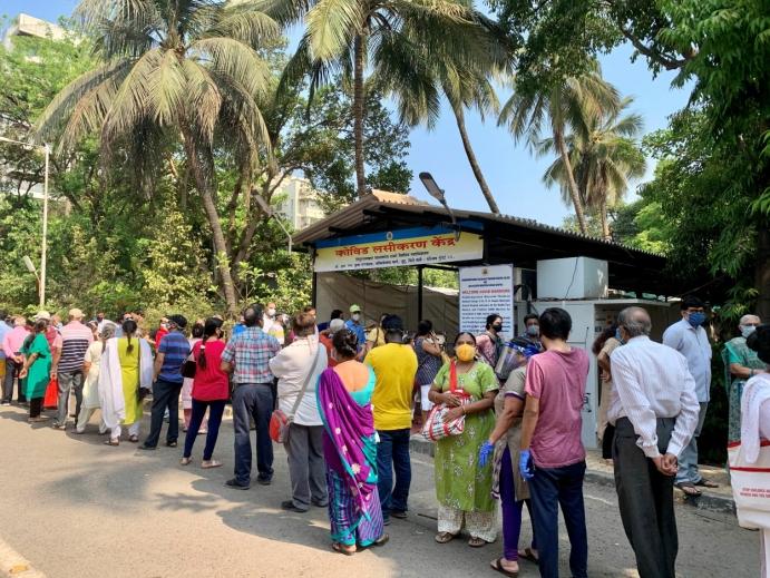 VAKSINEKØ: I Mumbai står mennesker i timevis i vaksinekø. Foto: Terhi Width