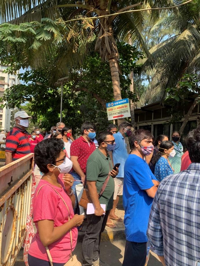 STOR MANGEL PÅ VAKSINER: Vaksinemangelen i India er stor. I Mumbai står mennesker i timevis i vaksinekø. Foto: Terhi Width