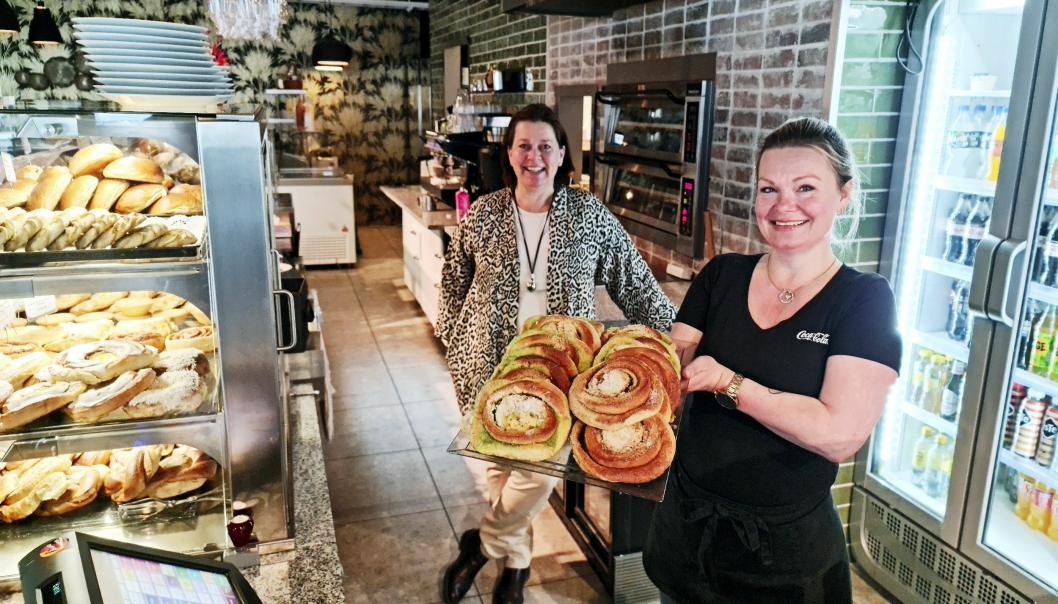 BOLLER PÅ SEG: Eier Nina Triber Munthe (bak) og daglig leder Lene Wiik håper mange tar turen innom kafeen på Greverud på fridagene som står for døren.