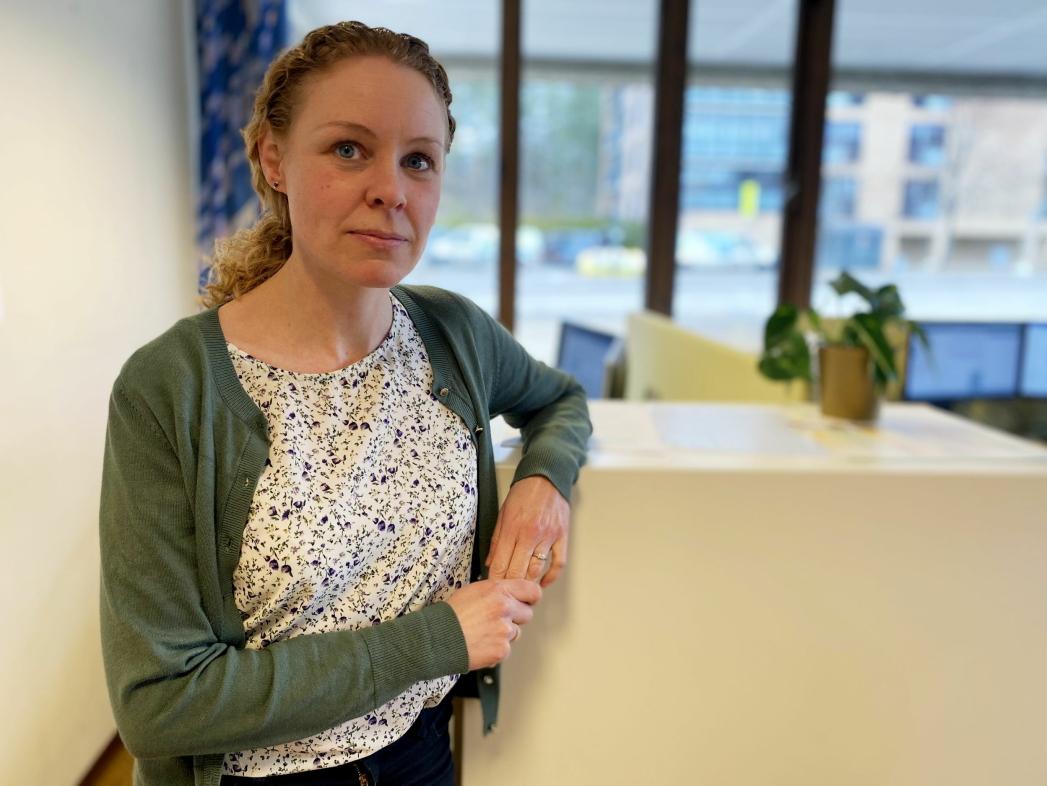 FORTSATT RUNDT 2.000 DOSER PER UKE: Både denne uken og neste uke får kommunen rundt 2.000 vaksinedoser per uke. På bildet kan du se Monica Viksaas Biermann, som er programleder for vaksinering i vår kommune. Foto: Nordre Follo kommune