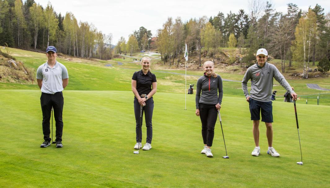 De fire lovende juniorene Oliver Ulmo (fra venstre), Camilla Clemetsen, Henriette Stranda og Christopher Tusvik fikk æren av å være først ute på Oppegård Golfklubbs bane denne sesongen. Her på første green etter at sesongens første par er sikret.