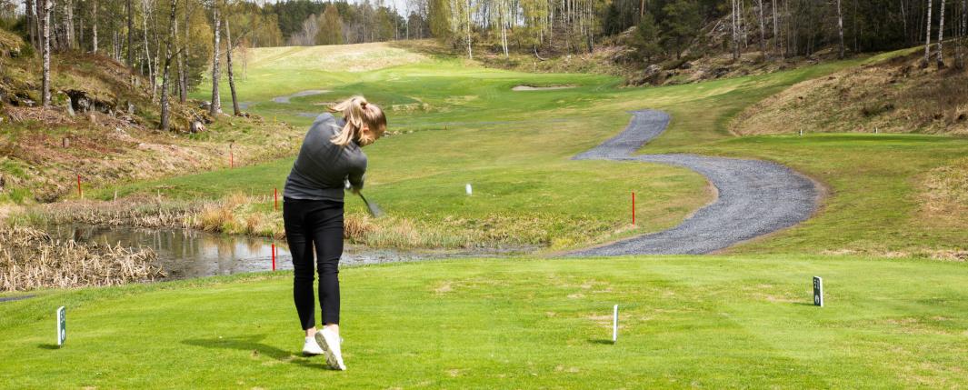 <em>Henriette Stranda setter sin første ball i spill på første hull.</em>