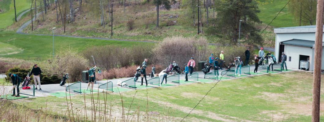 <em>MANGE</em> BESØKENDE: <em>Golf har opplevd en boom det siste året, og like før baneåpningen var det hektisk aktivitet og mye folk på driving rangen.</em>