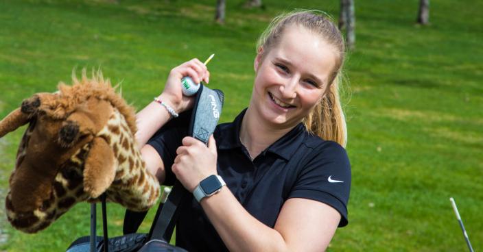 <em>Camilla Clemetsen gleder seg til årets første golfrunde på hjemmebanen.</em>