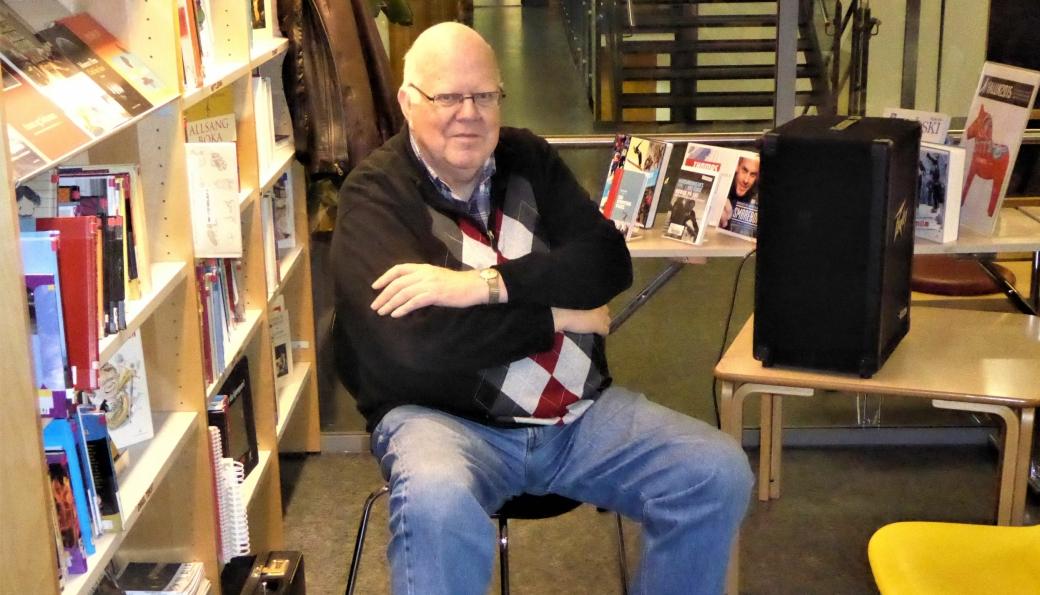 FOR FULLE HUS: Willy Østberg har holdt mange foredrag om den lokalhistorien. Dette bildet tok artikkelforfatteren da Østberg holdt foredrag i biblioteket på Kolbotn i forbindelse med utgivelse av boka «Oppegård blir til», som ble utgitt av Oppegård kommune i 2015 - ved 100 årsjubileet for Oppegård kommune