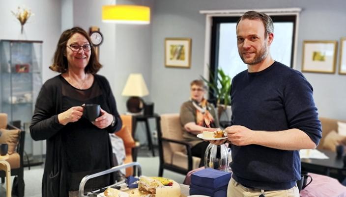 KAKEFEST: Spesialhjelpepleier Anka Slettedal Mood og virksomhetsleder Audun Wigdel markerte 20-årsjubileet med kake.