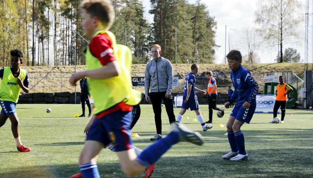 AKADEMI: Det er stor interesse for akademi-treningene til Kolbotn IL. Her er det trener Magnus Børrud som instruerer. Foto: Klaus Eriksen
