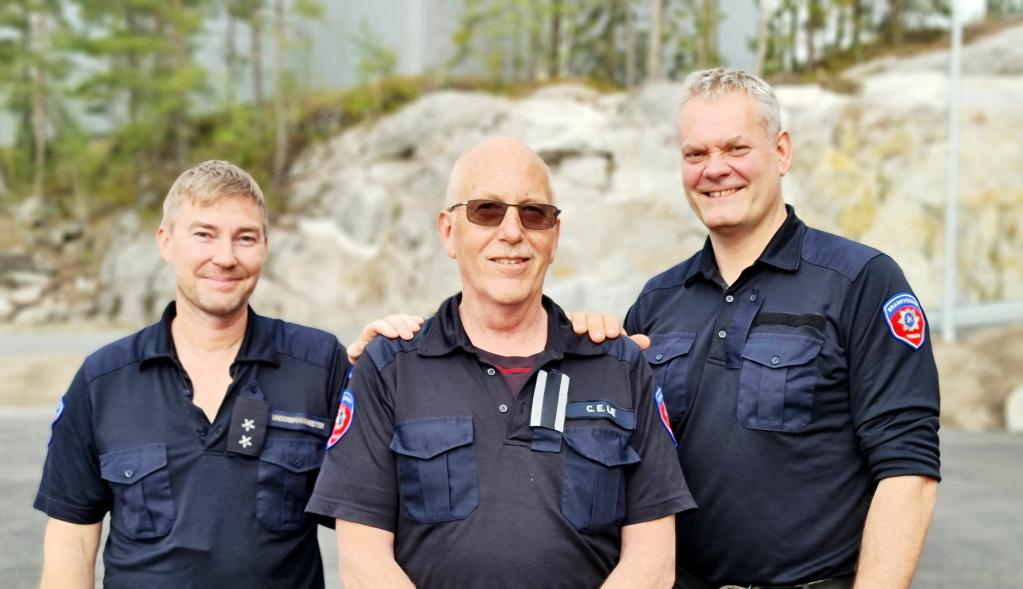 GODE KOLLEGER: Brannmesteren får rosende omtale av kollegene på laget, underbrannmester Michael Christensen (t.v.) og brannkonstabel Lars Aas.