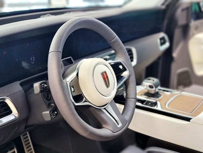 FINISH: Hintene til Rolls Royce finner du overalt i den kinesiske luksus-SUVen. Ikke så rart, ettersom at produsenten hentet designeren fra nettopp det britiske bilmerket.