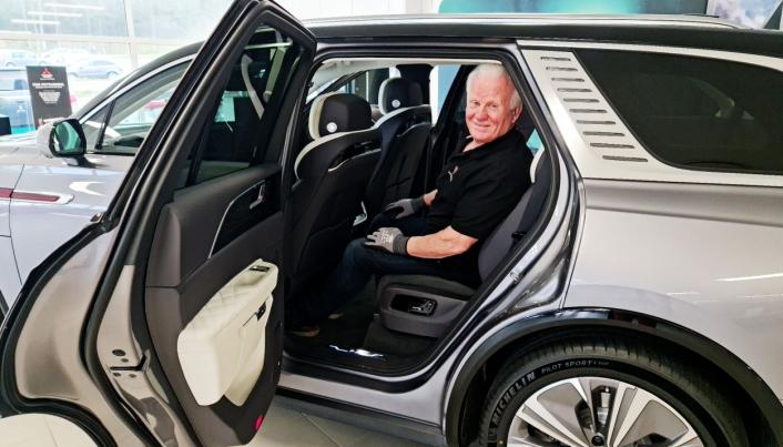 GOD PLASS: Frank Johnsen hos Bilforum Follo kan konstatere at dette trolig er den mest romslige bilen han noen gang har solgt.