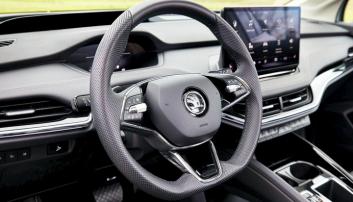 KLASSISK SKODA: Det folkelige bilmerket følger med i digitaliseringen og elektrifiseringen. Likevel er det noe trygt gjenkjennelig når du tar plass bak rattet.