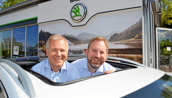 GRUNN TIL Å SMIL: Daglig leder Morten Andresen (t.v.) og Skoda-selger Ole Henrik Storeheier har god grunn til å smile. Bestillingene av nye Enyaq har regelrett skrenset inn hos den den lokale bilforhandleren.