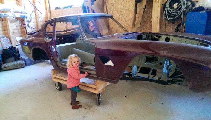NULLPUNKTET: Bilens nullpunkt. Ved siden av står Josephine «Bambina» Stark, 3 år gammel. Da Maseratien ble ferdig, var hun 9.