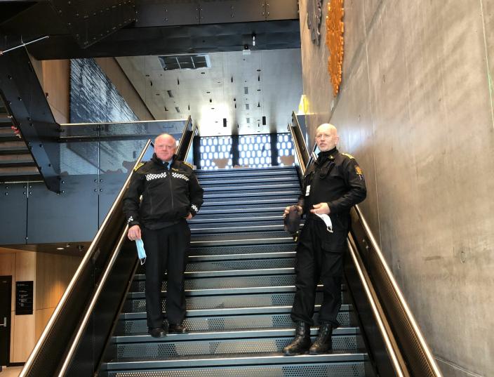 GOD NABO: Politiets beredskapssenter ønsker å være en god nabo i lokalmiljøet. Her er vi på innsiden av bygningen på Taraldrud.