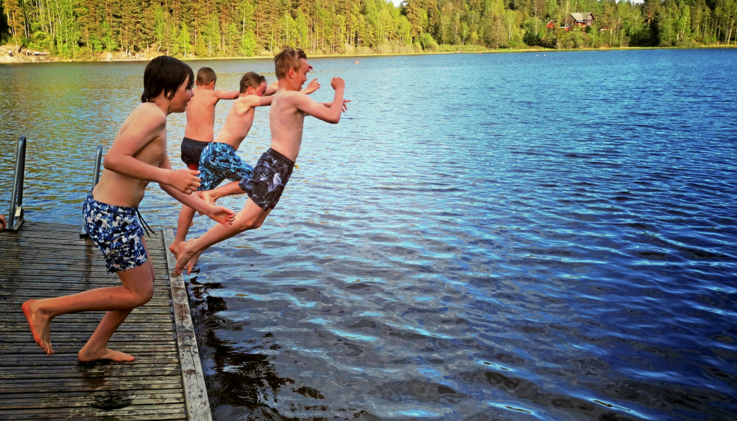 HOPPER I DET: Alt ligger til rette for en ny badesesong i Tussetjern. I fjor var badevannet på Oppegård stengt store deler av sesongen etter et oljeutslipp.