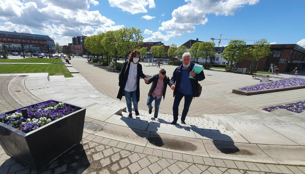 KJEMPER VIDERE: På bildet ser du Sindre Hjemmen (i midten), som får hjelp av sin søster, Marianne Hjemmen, og hennes mann, Erik Bull Simonsen. Bildet ble tatt fredag forrige uke da de var på vei til Nordre Follo rådhus. Foto: Yana Stubberudlien