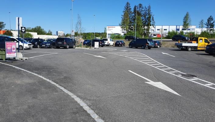 HAR MERKET MED HVITE PILER: Kjøreretningen har nå blitt merket med store hvite piler. Foto: Yana Stubberudlien
