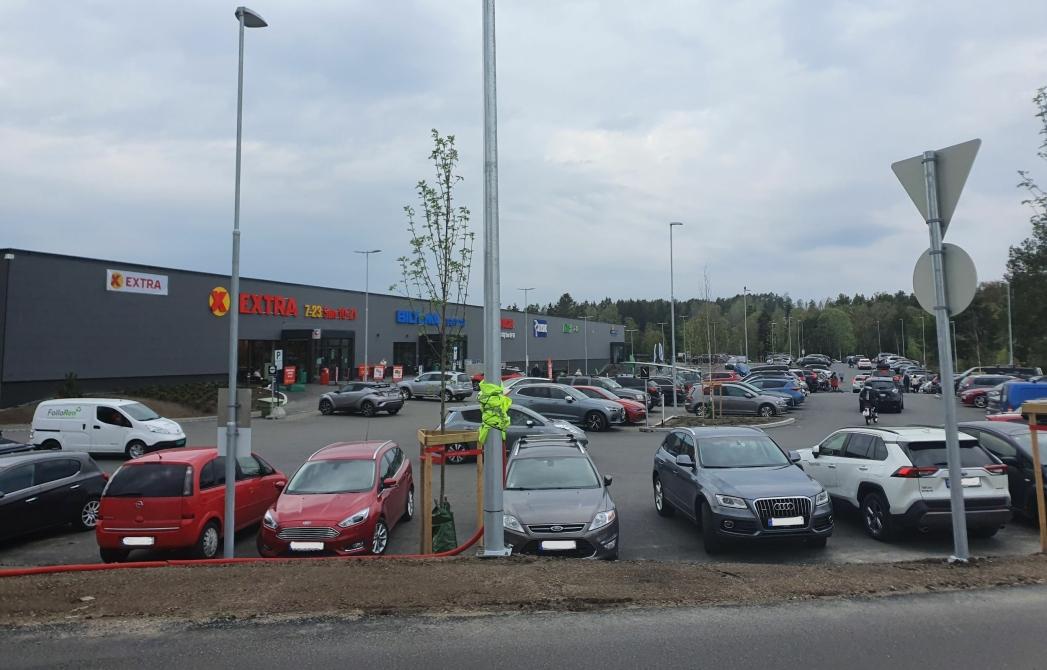 TRANGT OM PLASSEN: Mange kunder opplever at parkeringsplassen foran hovedbygget har blitt dårligere, og at det har blitt alt for trangt og tungvint å bruke den etter at området nord for næringsbygget har fått et løft. Foto: Yana Stubberudlien