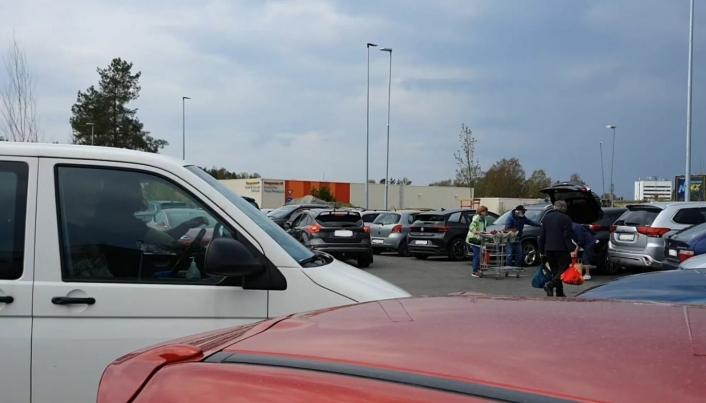 """KAOTISK: """"Her popper det opp biler, handlevogner og folk over alt"""", skriver en av leserne. Foto: Yana Stubberudlien"""