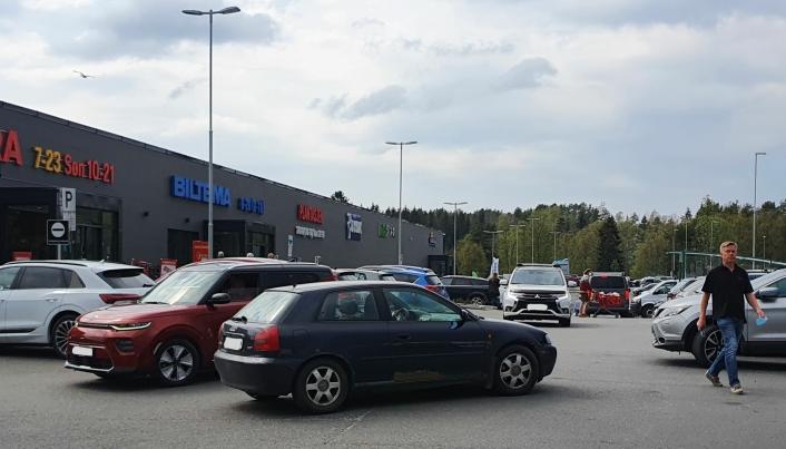 KAOTISK: Mange opplever at situasjonen med parkering foran Kongeveien 49 er kaotisk.