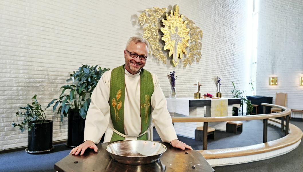 Sokneprest Anders Johansen i Greverud inviterer til drop-in-dp lrdag 12. juni. 100 r gamle Reidar Sommer var en av dem som var med da kirken lagde promovideo til sosiale medier.