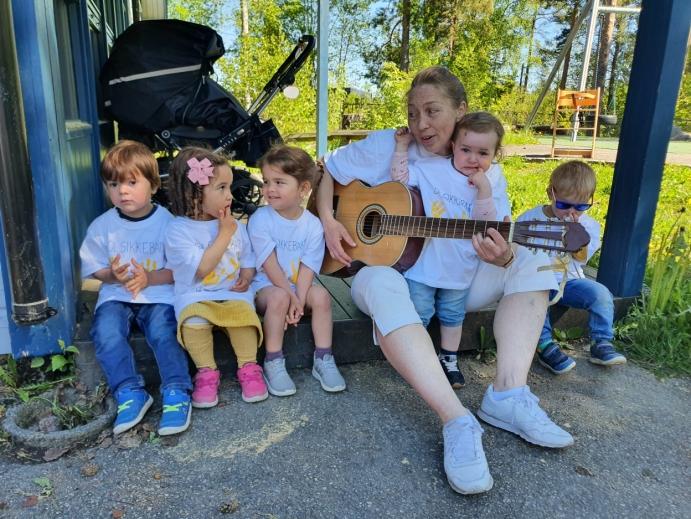 SØRGET FOR UNDERHOLDNING: Marianne Aanstad, som er pedagogisk leder i Karlsvogna, spilte gitar og sang.