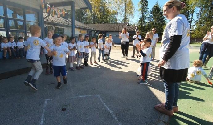 GØY MED DANS: Erik (5) og Aksel (4) syntes det var gøy å danse til Cotton Eye Joe (Rednex).
