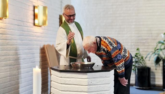 """SPREK 100-ÅRING: Reidar Sommer Andresen var en av """"skuespillerne"""" da kirken lagde promofilm. Reidar rundet 100 år forrige fredag."""