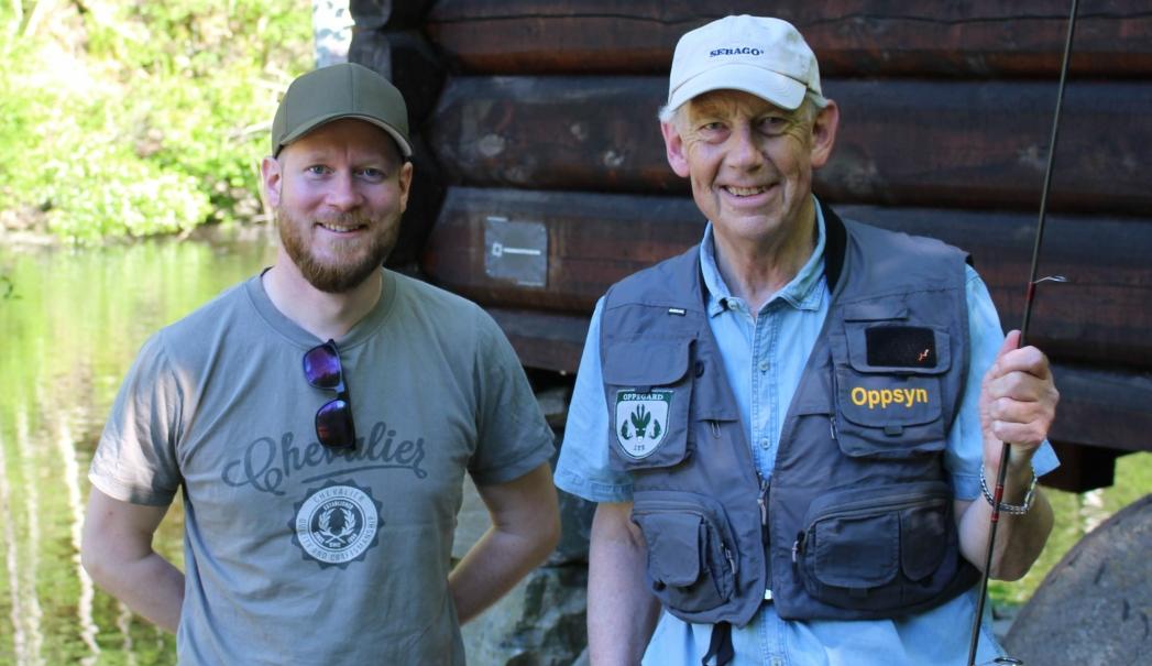 STOLTE: På bildet kan du se fungerende leder i OJFF, Eilert Torsnes, sammen med leder av Fiskerutvalget, Finn Stenersen. Foto: OJFF