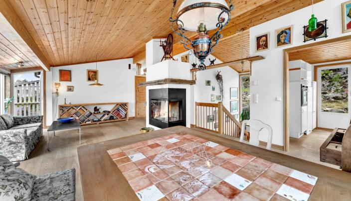 GOD TAKHØYDE: Stuen i huset oppleves som stor og luftig. Det er høyt under taket og store vindusflater.