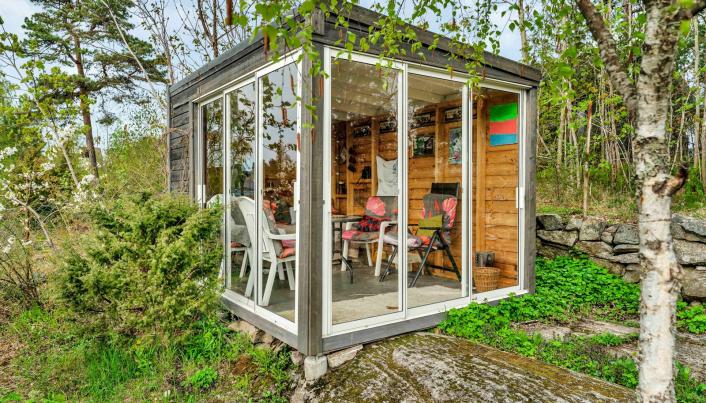 HAGESTUE: Bak huset er en liten hagestue med god utsikt mot fjorden.