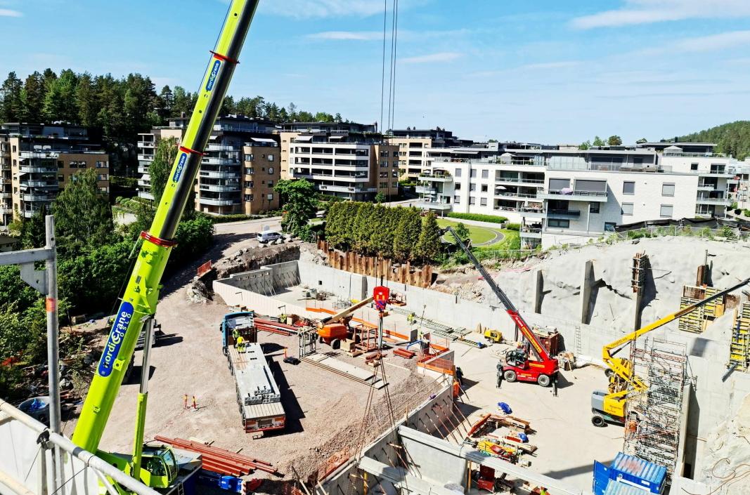 PÅ TOPPEN: Det er full aktivitet på byggeplassen. Her står vi på toppen av hus B i Kantorbekken-prosjektet og ser opp mot blokkene i Kantor Terrasse og Kolbotnveien.
