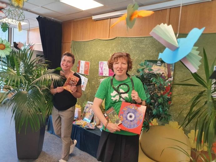 GLEDER SEG MYE: Unni Øien-Andersen og Hilde Sjølset gleder seg mye til å hilse på nye bokormer. Foto: Yana Stubberudlien