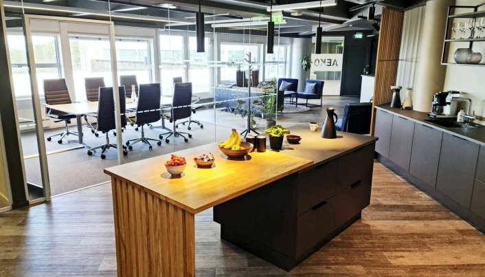 KJØKKEN I SENTRUM: Fra kjøkkenøya har de ansatte i AEKO kort vei til både møterom og den 80 kvadratmeter store terrassen.