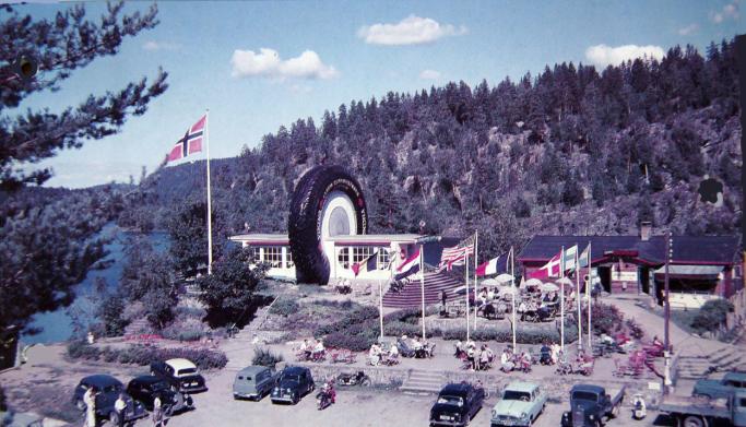 DEN GANG DA: «Hjulet» en gang på 1960-tallet. Ringnes skysstasjon med flagg og uteservering.