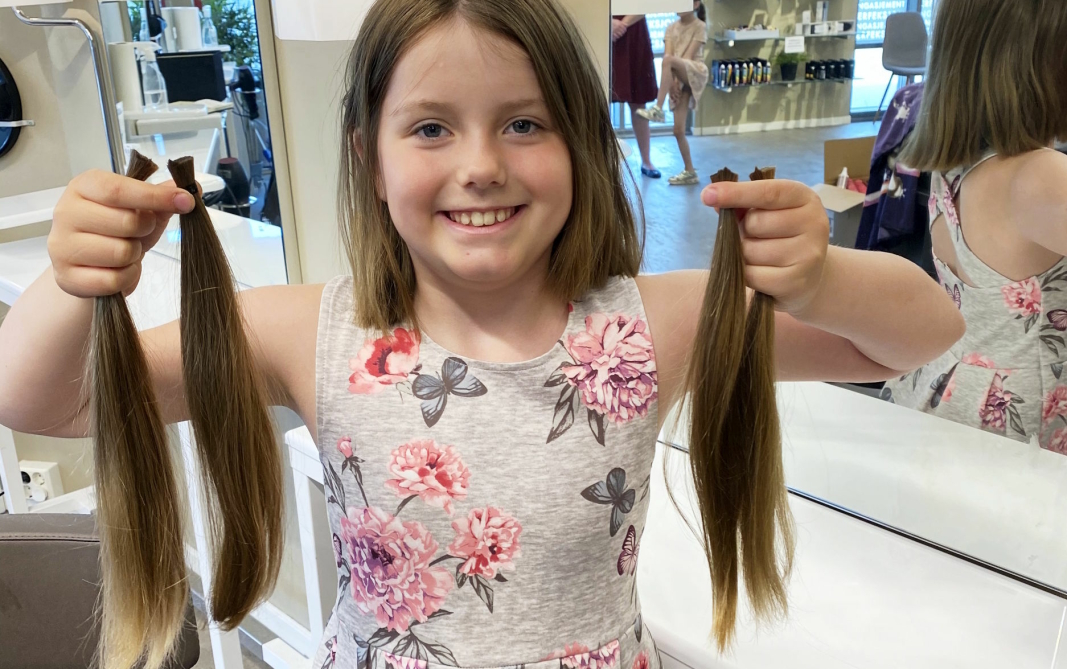 DONERTE: Amanda med de 25 centimeter lange hårlokkene som nå går til produksjon av parykk eller annet erstatningshår.