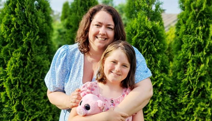 NY JENTE: Mamma Katherine fikk nesten ei ny jente i hus da Amanda klippet bort 27 centimeter av hårlengden.