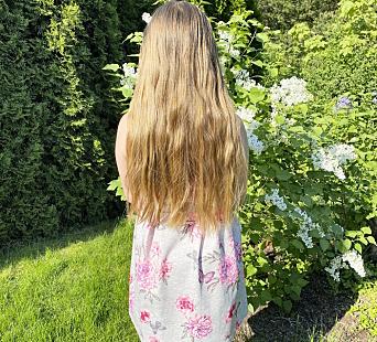 FØR: Håret til Amanda hadde vokst langt ned på ryggen da 9-åringen bestemte seg for å gå til frisøren.