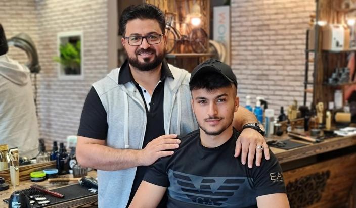 ARVTAKER: Sønnen Mohammed har begynt å jobbe i salongene til pappa Rashid.