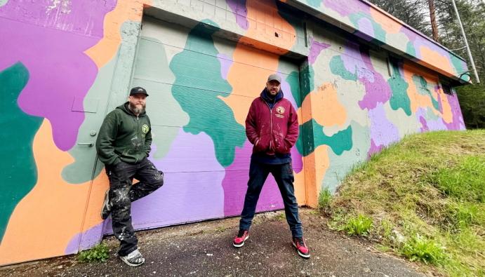 BLE ANSATT I APRIL: Fredrik Fagerhaug og Alexander Ramstad representerer Nordre Follo Gatekunst. På bildet kan du se det kommunale pumpehuset ved Gamle Mossevei som de har dekorert. Foto: Nordre Follo Gatekunst