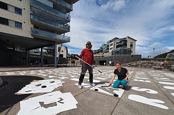 Maler 425 bokstaver for å skape liv og røre i sentrum