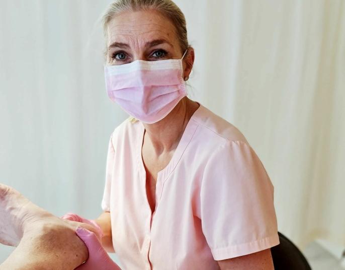 GYVER LØS: Skalpellet får kjørt seg når Agathe Madtzog går på for å fjerne hard hud under føttene.