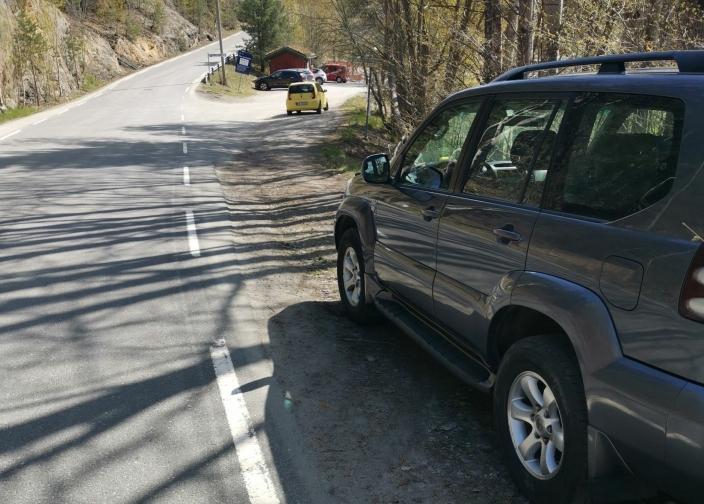 FREMOVER: Slik er utsynet forover fra bilen. Skiltene som indikerer parkering forbudt sees når man har begynt å kjøre oppover Bekkenstenveien.