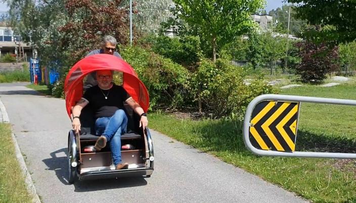 PÅ RICKSHAW-RIDE: Den såkalte rickshaw-sykkelen med vogn foran brukes av frivillige fra Oppegård Frivilligsentral til å kjøre folk som har vanskeligheter for å gå. Fredag forrige uke var kommunedirektøren med på en rickshaw-ride. Foto: Yana Stubberudlien