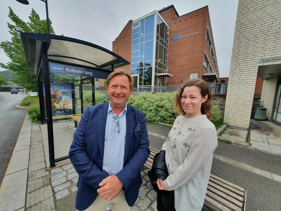 SKAL SELGE FOR KOMMUNEN: På bildet kan du se daglig leder Anders Foss og megler Ann-Kristin Nordgaard i Foss & Co Næringsmegling foran Kolbotnveien 23. Alle foto: Yana Stubberudlien