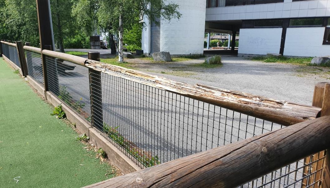 BALLBINGEN PÅ FLØYSBONN: På bildet kan du se hjørnet til ballbingen ved Fløysbonn skole. Virksomhetslederen for Vei og park sier at kommunen skal nå på befaring for å vurdere umiddelbare tiltak på stedet. Alle foto: Yana Stubberudlien